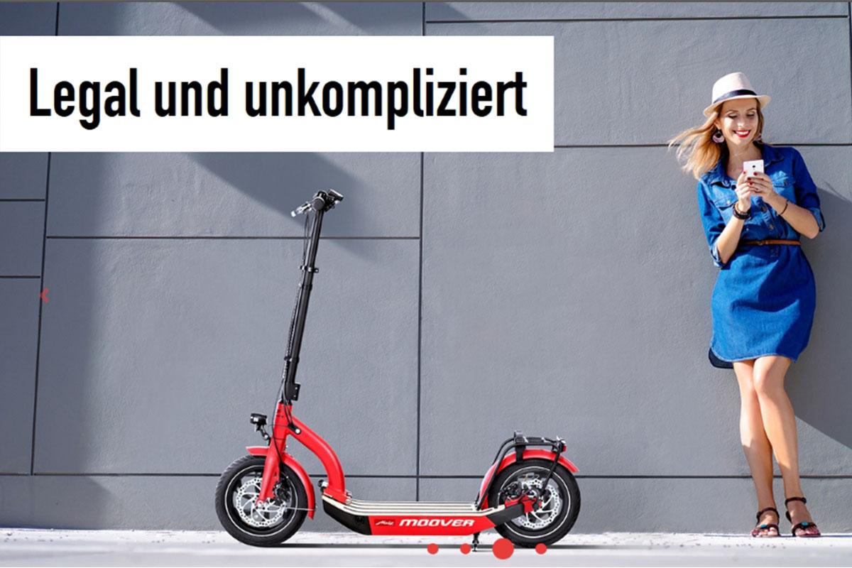 eScooter Metz Moover in rot mit Frau in blauem Kleid und Handy