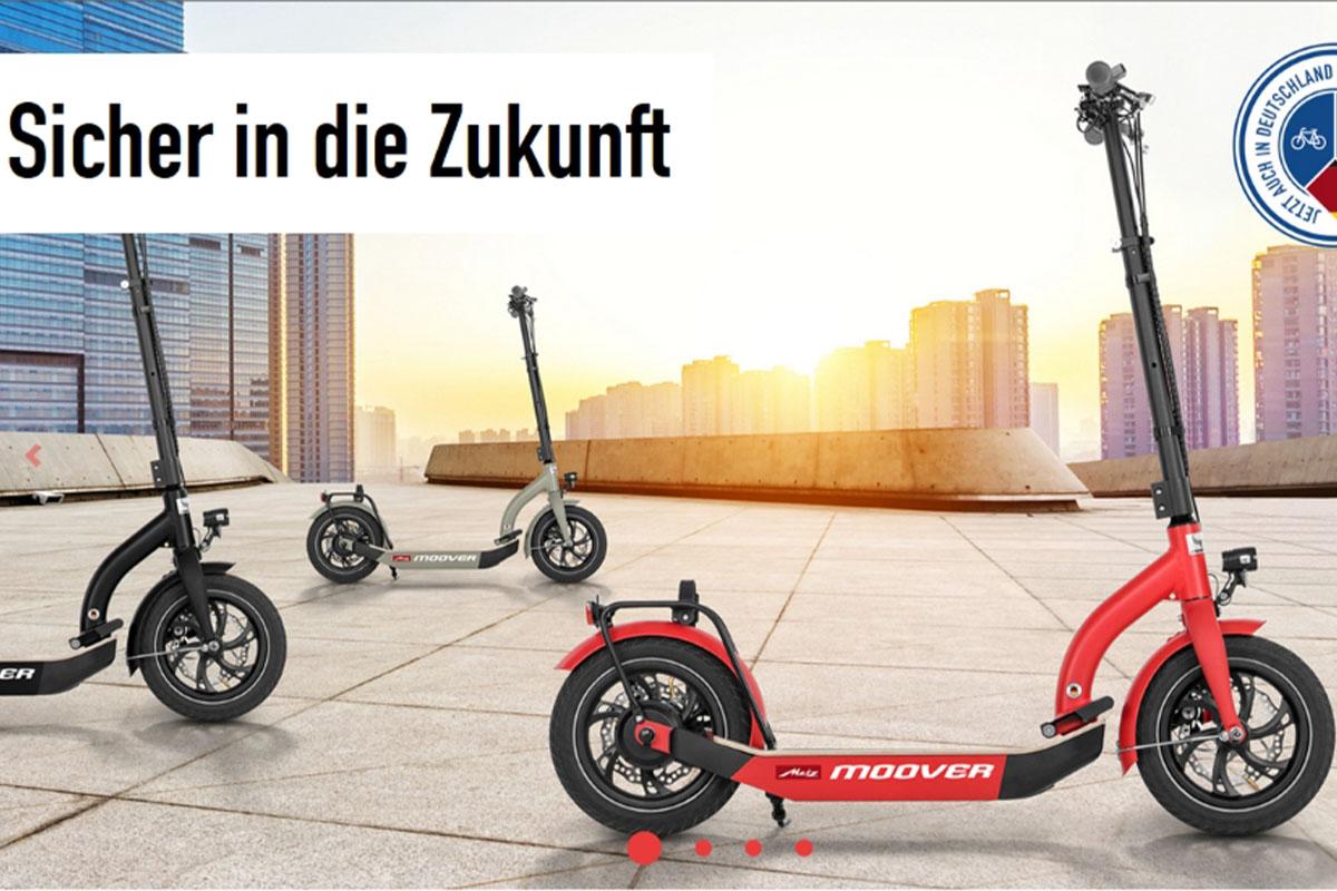 eScooter drei Metz Moover vor Großstadtkulisse