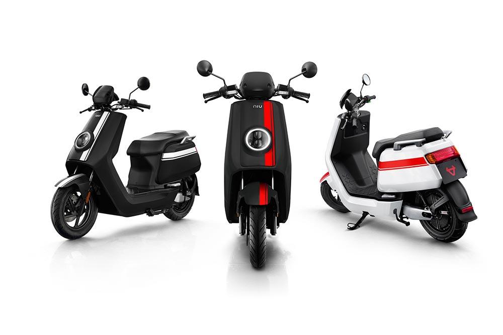 Elektroroller NIUNQi GT drei Fahrzeuge in schwarz und weiss mit roten und weissen Streifen