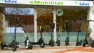 Verschiedene eScooter Modelle vor dem Ladengeschäft der efuture GmbH in Aschheim bei München