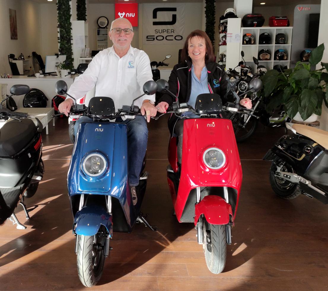 Geschäftsführer der efuture GmbH auf NIU Elektroroller in blau und rot