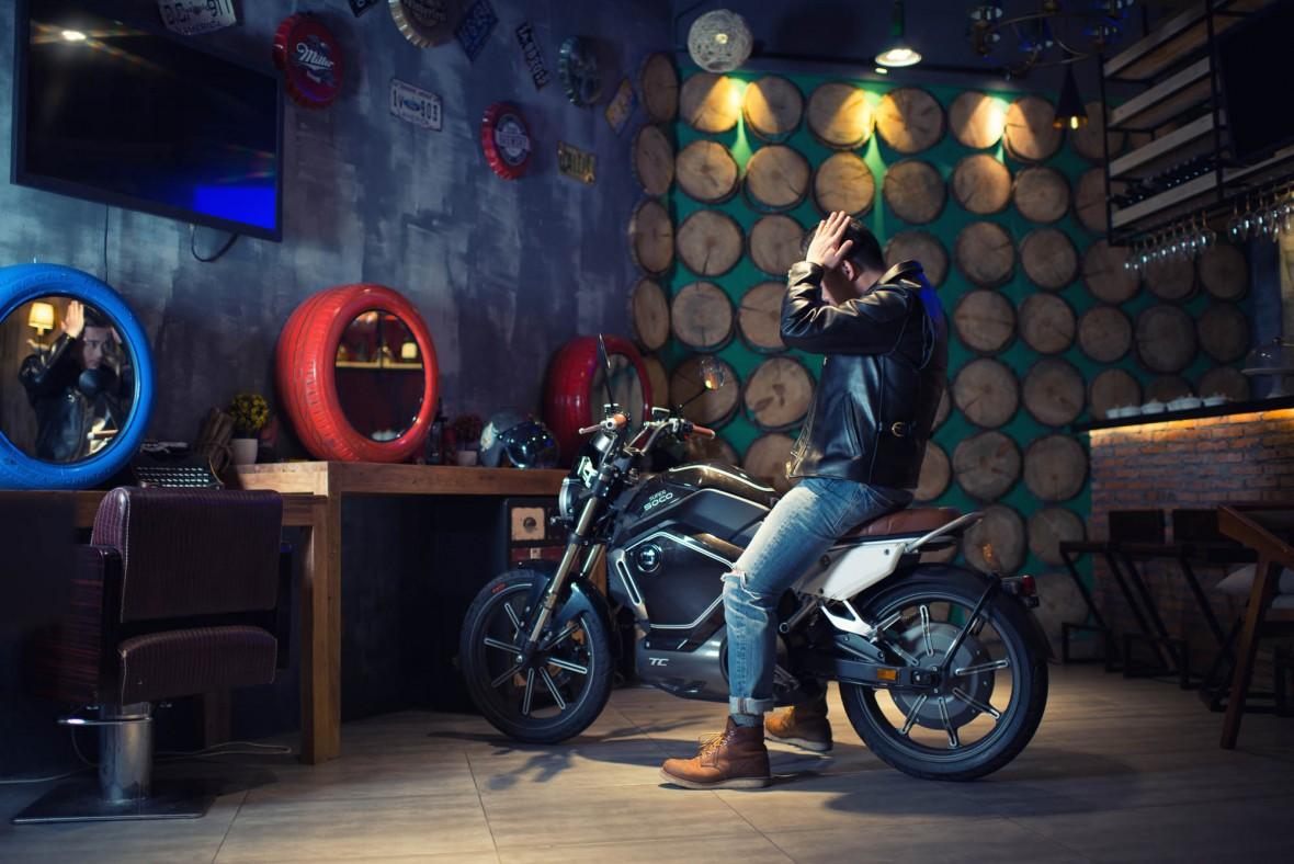 Elektromoped Super Soco TC mit Person in Werkstatt