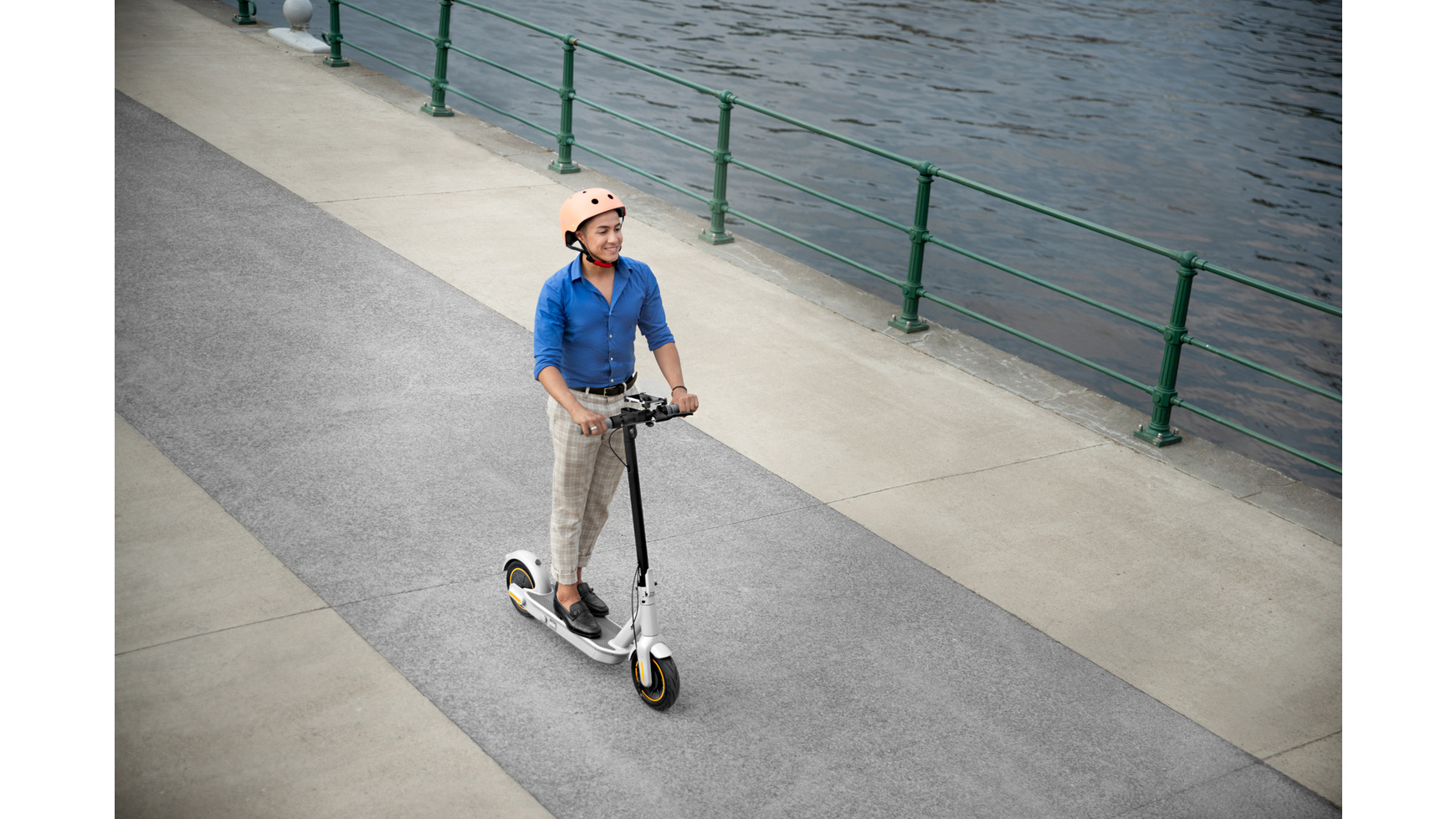 eScooter Segway Ninebot G30LD mit Person in Fahrt