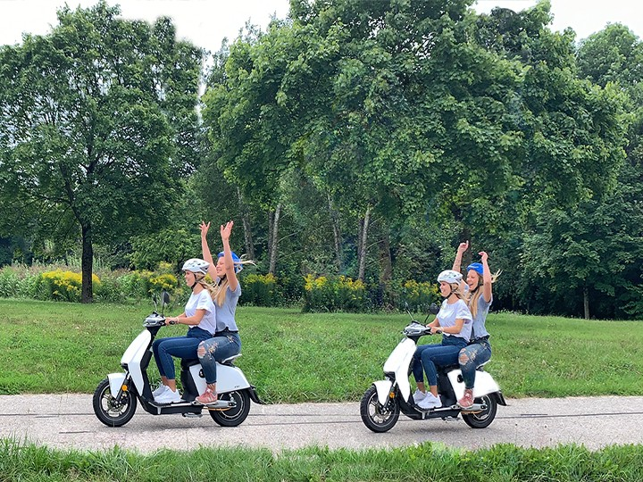 Elektroroller Super Soco CUX in weiss mit zwei Mädchen