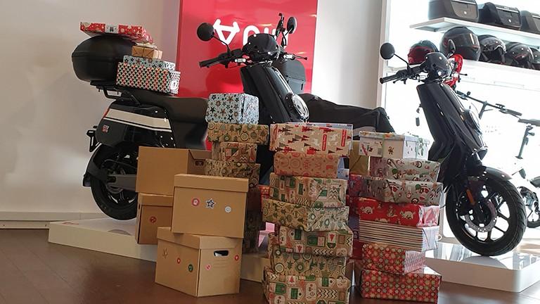 Päckchen für Weihnachtspäckchenkonvoi vor eRollern