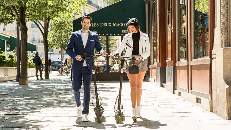 zwei eScooter mit Frau und Mann in Frankreich