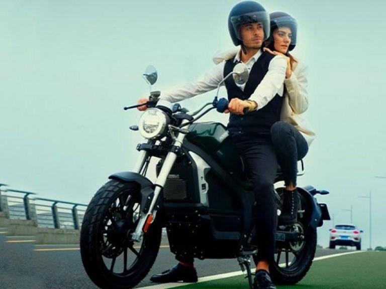 Elektromotorrad Horwin CR6 SEitenansicht mit zwei Personen