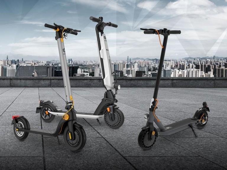 eScooter Trekstore vor Großstadt verschiedene Modelle in Seitenansicht