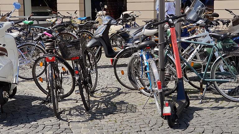 eScooter und Fahrräder am Odeonsplatz