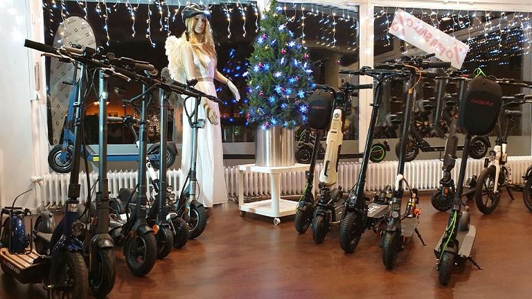 Christkind mit Lumos Fahrradhelm und 10 verschiedene eScooter